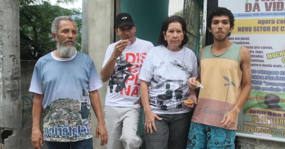 O dono de confecção Valmor Nascimento, sua mulher Raquel, e seus filhos Denis (de branco) e Juan moram no Alemão e sempre compram as empadinhas de Adriana (14/11/2012)