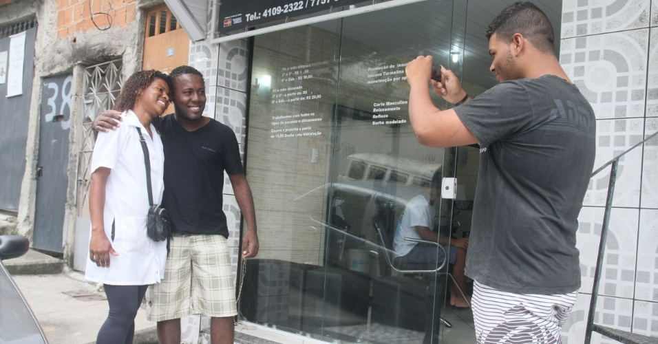 O músico Cássio Clayton pede para tirar foto com Adriana durante a passagem da vendedora pelo Alemão (14/11/2012)