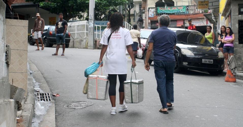 Para vender as empadinhas no Alemão, Adriana sai de casa às 16h e volta à meia-noite (14/11/2012)