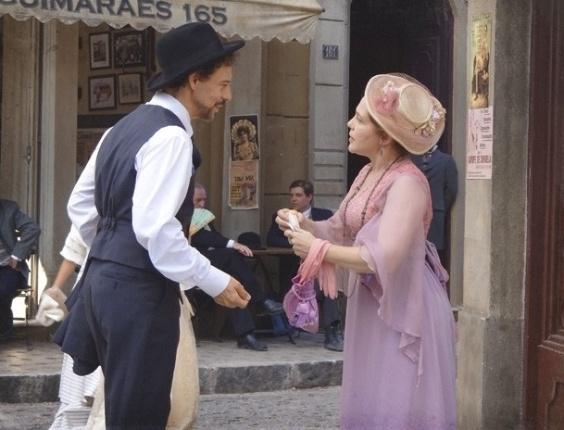 """Em """"Lado a Lado"""", Celinha deixa cair sorvete na roupa de Guerra (17/11/2012)"""