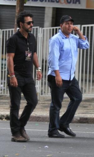"""Marcos Palmeira é acompanhado por membro da produção para set de """"Canto da Sereia, em Salvador (15/11/12)"""