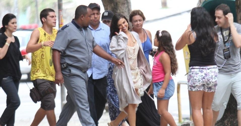 """Rodeada pela produção, Isis Valverde atende fãs no caminho para o set de """"Canto da Sereia, em Salvador (15/11/12)"""