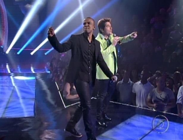 """Alexandre Pires (à dir) canta com Daniel na segunda parte da semifinal do """"The Voice Brasil"""" cantando """"Adoro Amar Você"""" (18/11/12)"""