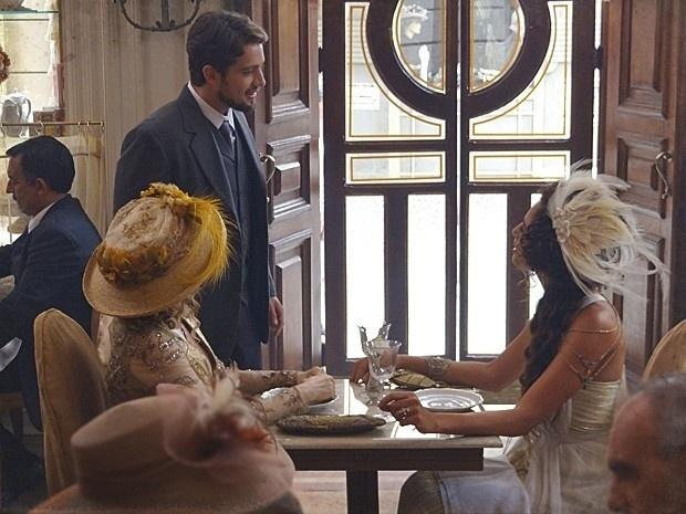 """Em """"Lado a Lado"""", Albertinho fica impressionado ao ver Isabel, mas ela o ignora (20/11/12)"""