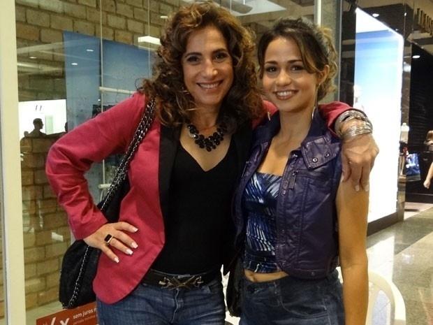 """Em """"Salve Jorge"""", antes de despachar a jovem para Turquia, Wanda leva Morena para fazer compras (15/11/12)"""