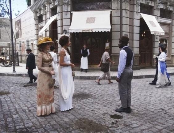 """Em """"Lado a Lado"""", Isabel e Zé Maria se esbarram na rua, mas Guerra chega e atrapalha o clima (21/11/2012)"""