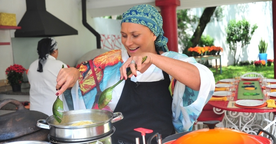 """A cantora Fafá de Belém cozinhou para os participantes do """"Ídolos"""" (22/11/12). Fafá preparou um arroz com camarões e uma massa à caprese, com manjericão e mussarela de búfala. O programa irá ao ar nesta quinta"""