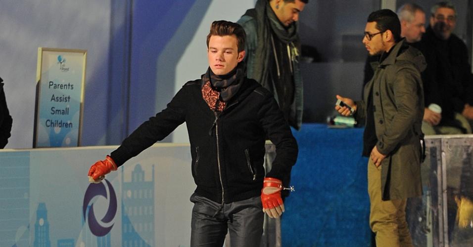 """Chris Colfer grava cenas de """"Glee"""" em pista de patinação em Nova York (21/11/12)"""
