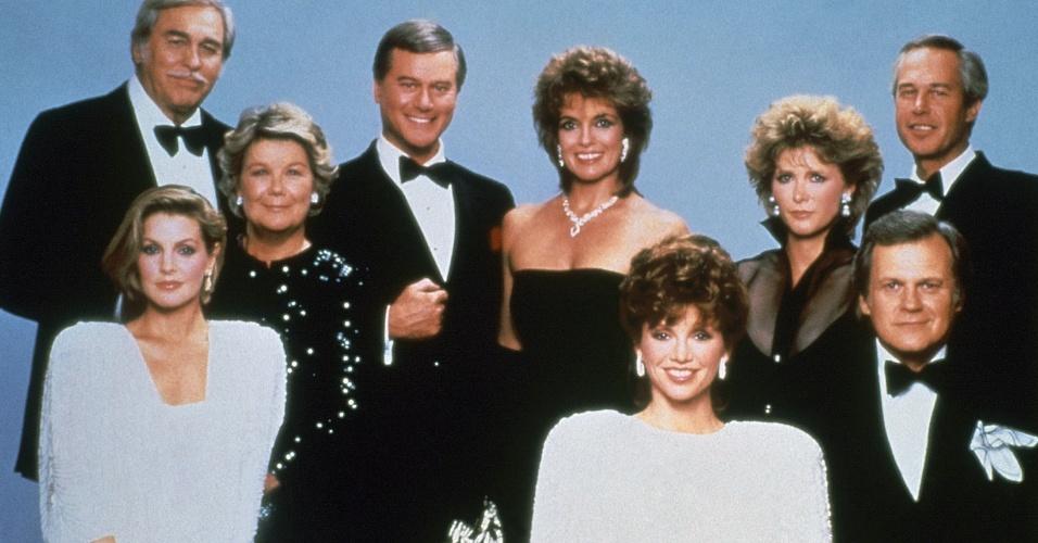 """Larry Hagman (no centro à esquerda) aparece ao lado do elenco de """"Dallas"""", série na qual interpretou o vilão J.R. Ewing entre 1978 e 1991 (1/1/83)"""