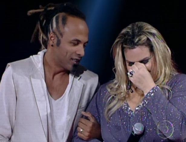 """Júnior Meirelles e Carol Marques esperam a contagem de votos do público na quarta semifinal do """"The Voice Brasil"""" (25/11/12)"""