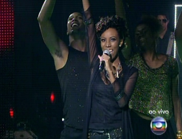 "Quésia Luz canta ""Fora da Lei"", de Ed Motta, na quarta semifinal do ""The Voice Brasil"" (25/11/12)"