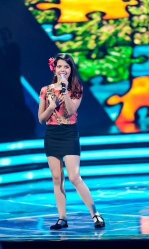 """A semifinalista Maria Eduarda, de 12 anos, se apresenta no palco do """"Ídolos Kids"""" (28/11/12)"""