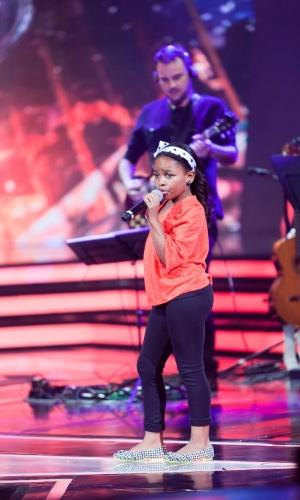 """A semifinalista Quéren Magalhães, de 8 anos, se apresenta no palco do """"Ídolos Kids"""" (28/11/12)"""
