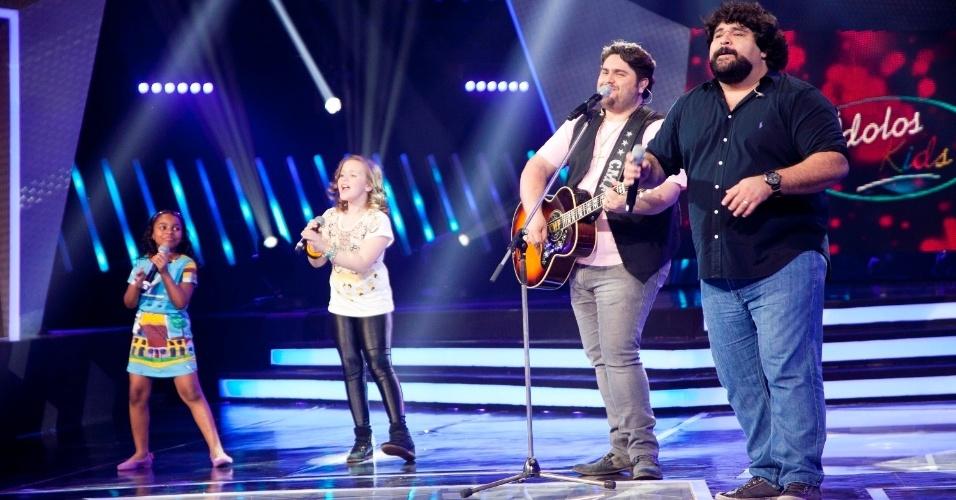 "As semifinalistas Quéren Magalhães e Maria Luiza cantam com César Menotti &Fabiano no ""Ídolos Kids"" (28/11/12)"