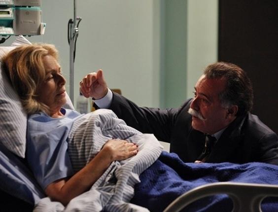 """Em """"Guerra dos Sexos"""", no hospital, Otávio se declara para Charlô ao pensar que ela está à beira da morte"""