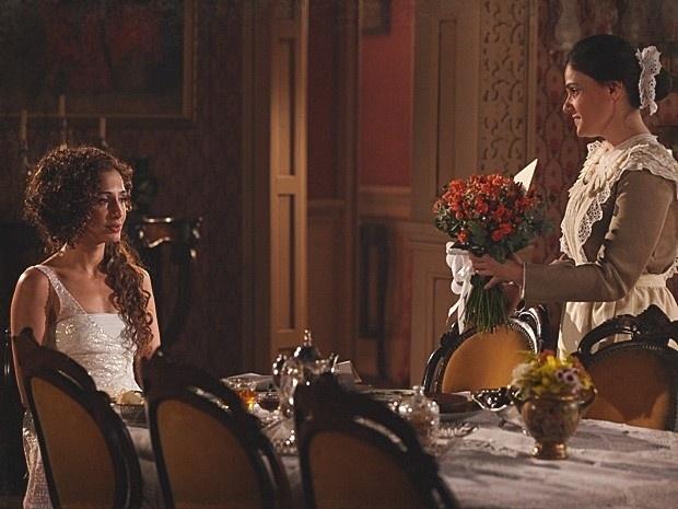 """Em """"Lado a Lado"""", Isabel joga fora as flores que ganhou de Albertinho (27/11/12)"""