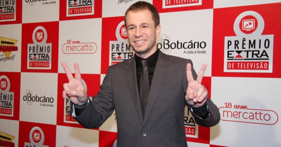 Recém-casado, o apresentador Tiago Leifert posa no tapete vermelho do Prêmio Extra de Televisão 27.nov.2012