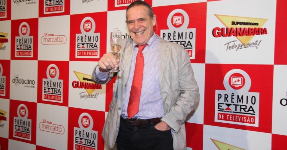 Zé de Abreu posa com champagne no tapete vermelho do Prêmio Extra de Televisão 27.nov.2012