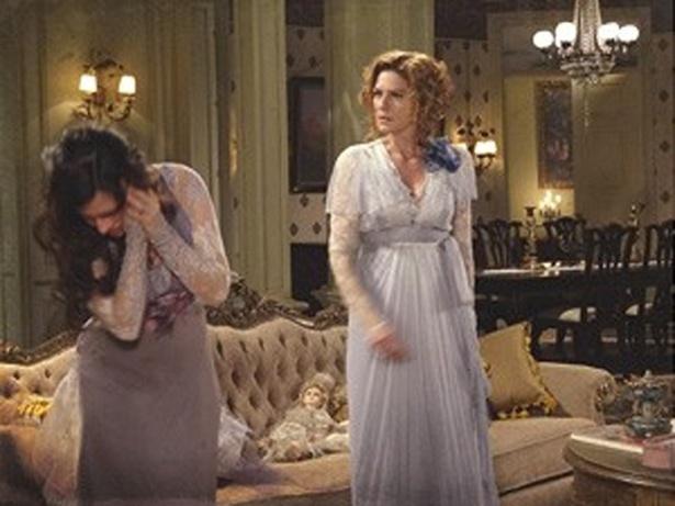 """Em """"Lado a Lado"""", Constância exige que Catarina desista de seu recital e agride a rival da filha (29/11/12)"""