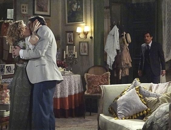 """Em """"Lado a Lado"""", Mário flagra Diva beijando Frederico e fica arrasado (28/11/2012)"""