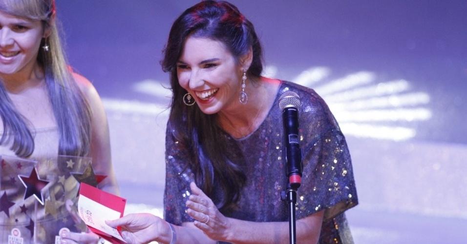 Glenda Kozlowski entrega o prêmio de Estreia do Ano no Prêmio Extra de Televisão, que aconteceu no Vivo Rio, no Rio de Janeiro 27.nov.2012