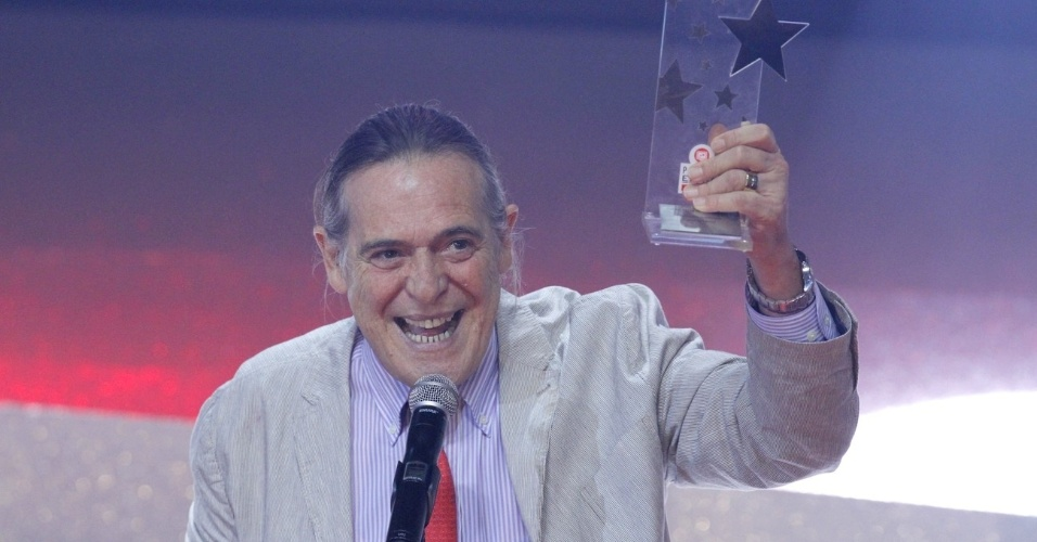 """José de Abreu, que interpretou o Nilo em """"Avenida Brasil"""", recebe o prêmio de ator coadjuvante no Prêmio Extra de Televisão, no Rio de Janeiro 27.nov.2012"""