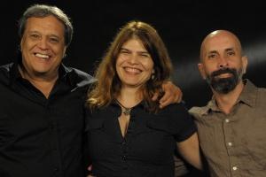 """João Ximenes Braga (à direita) posa com Claudia Lage e Dennis Carvalho, respectivamente coautora e diretor de """"Lado a Lado"""""""