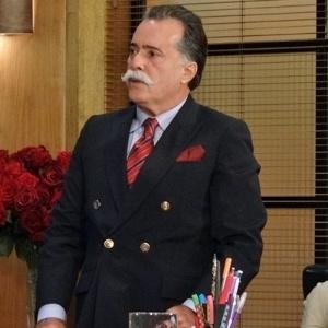 """Em """"Guerra dos Sexos"""", Otávio tenta espionar escritório de Charlô, mas Roberta o flagra (30/11/12)"""