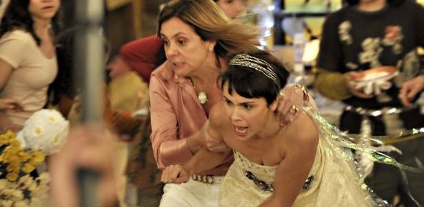 """Cena de """"Avenida Brasil"""" em que Nina e Jorginho se casam no lixão. Para desespero do casal, Carminha chega para acabar com a """"cerimônia"""""""