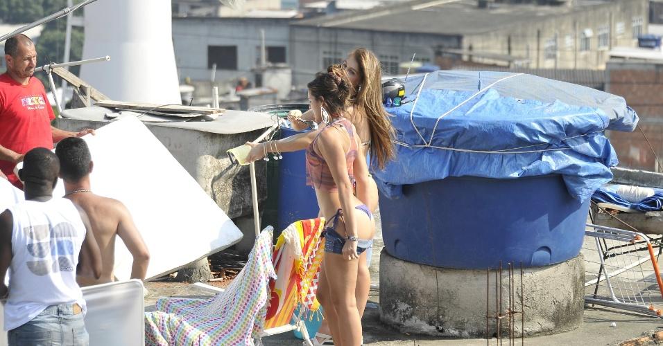 """Bruna Marquezine e Aimée Madureira gravam cena de """"Salve Jorge"""" no Complexo do Alemão"""