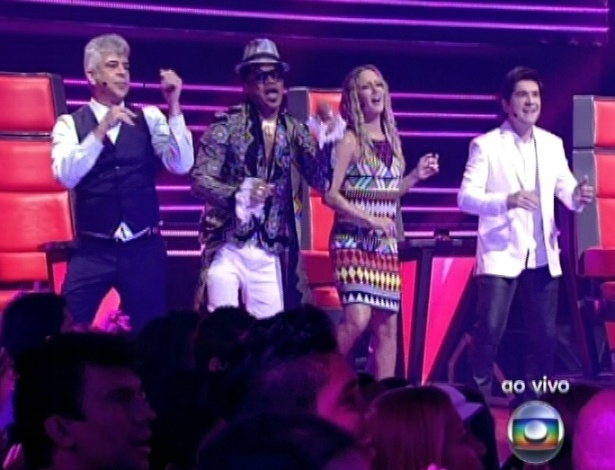 """Os técnicos dançam durante a apresentação de Ludmillah Anjos na quinta semifinal do """"The Voice Brasil"""" (2/12/12)"""
