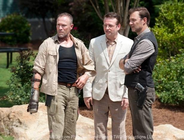 """(2012) Abandonado pelo grupo de Rick (Andrew Lincoln) na primeira temporada, Merle (Michael Rooker) reaperece no terceiro episódio da terceira temporada de """"The Walking Dead"""". Em """"Walk With Me"""" o irmão de Daryl ressurge com uma mão amputada ao lado de Milton (Dallas Roberts) e do Governor (David Morrissey)"""