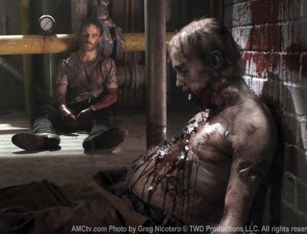 "(2012) Em cena do episódio ""Say The World"", quinto da terceira temproada de ""The Walking Dead"", Rick (Andrew Lincoln) observa um zumbi depois de esfaqueá-lo na barriga"