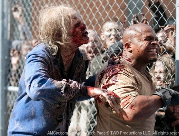 "(2012) Em ""Killer Within"", quarto episódio da terceira temporada de ""The Walking Dead"", T-Dog (IronE Singleton) é mordido durante uma invasão zumbi na prisão"