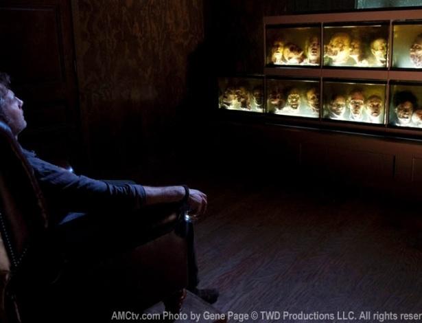 """(2012) Em """"Walk With Me"""", terceiro epísódio da terceira temorada de """"The Walking Dead"""", o Governador (David Morrissey) começa a mostrar sua perversão ao ficar observando uma coleção particular de cabeças de zumbis escondidas em Woodbury"""