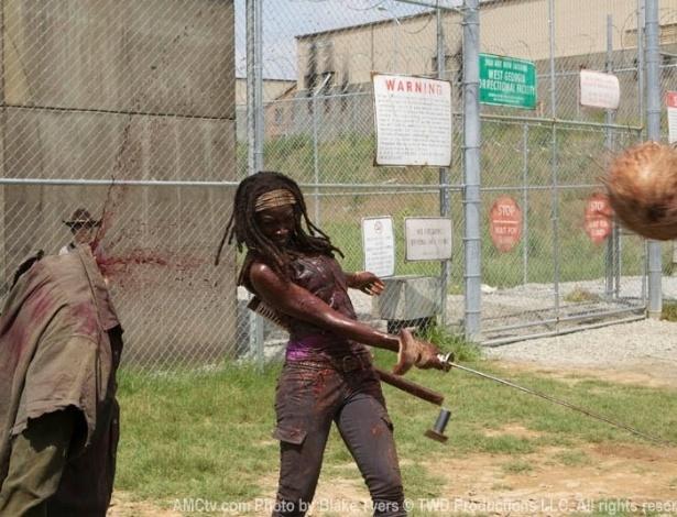 """(2012) Em """"When the Dead Come"""", sétimo episódio de """"The Walking Dead"""", Michonne usa sua espada katana para decapitar um zumbi nos portões da prisão onde Rick (Andrew Lincoln) e seu grupo está escondido"""