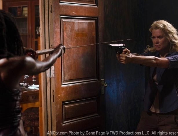 "(2012) Michonne (Danai Gurira) enfrenta Andrea (Laurie Holden) em cena de ""Made to Suffer"", oitavo episódio da terceira temporada de ""The Walking Dead"""