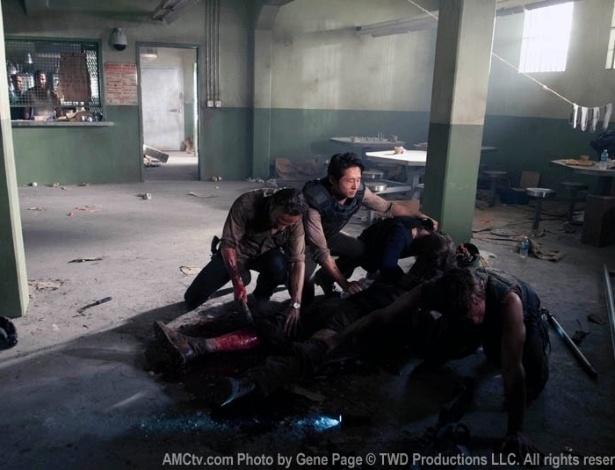 """(2012) No epísódio """"Sick"""", segundo da terceira temporada de """"The Walking Dead"""", Rick (Andrew Lincoln) decide amputar a perna de Hershel (Scott Wilson) depois que o veterinário é mordido por um zumbi"""