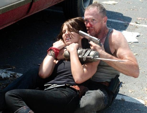 """(2012) No sexto episódio da terceira temporada de """"The Walking Dead"""", Merle (Michael Rooker) rende Maggie (Lauren Cohan) e força Glenn (Steven Yeun) a entregar sua arma"""