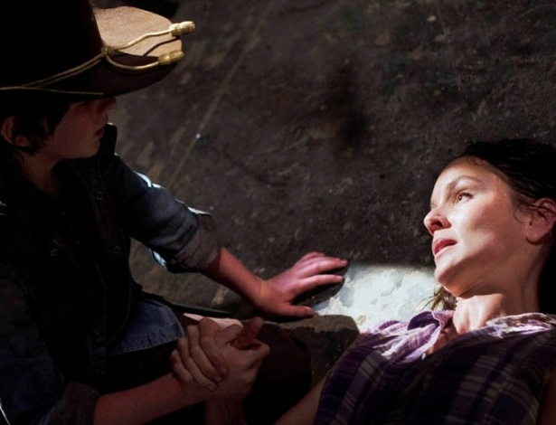 "(2012)Em ""Killer Within"", quarto episódio da terceira temporada de ""The Walking Dead"", Lori (Sarah Wayne Callies) entra em trabalho de parto durante uma invasão zumbi e recebe apoio do filho Carl (Chandler Riggs)"