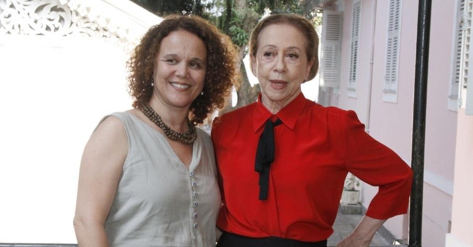 """3.dez.2012 - Mirna Spritzer e Fernanda Montenegro participaram da coletiva de """"Doce de Mãe"""", especial de final de ano da Rede Globo, que aconteceu no Rio"""