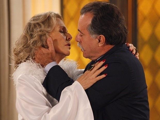"""Em """"Guerra dos Sexos"""", enfeitiçada, Charlô confessa para Otávio seu amor (3/12/12)"""