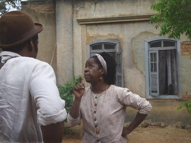 """Em """"Lado a Lado"""", Zé Maria diz que Isabel não é um """"mulher direita"""" e tia Jurema repreende o barbeiro (3/12/12)"""