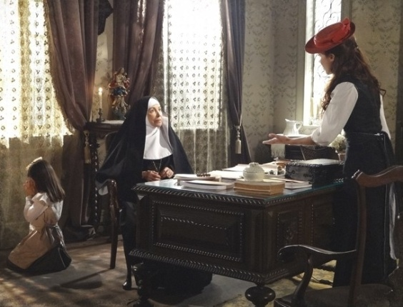 "5.dez.2012 - Em ""Lado a Lado"", Laura defende a filha de Edgar"