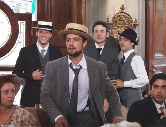 """Em """"Lado a Lado"""", bêbado, Albertinho pede Isabel em casamento na frente de todo mundo"""