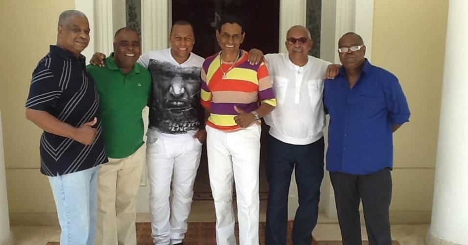 """6.dez.2012 - O grupo de pagode Fundo de Quintal visitou a mansão do """"Ídolos"""". Eles aproveitaram para cantar sucessos como """"Batucada"""", """"Amizade"""" e """"O Show Tem Que Continuar"""""""