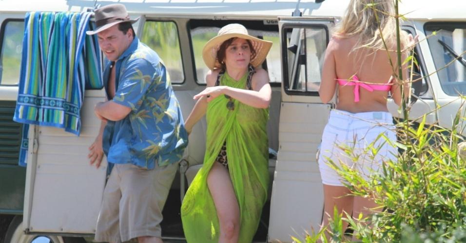 """6.dez.2012: Ellen Roche, Drica Morais e Daniel Boaventura gravam cenas de """"Guerra dos Sexos"""" em praia do Rio de Janeiro"""