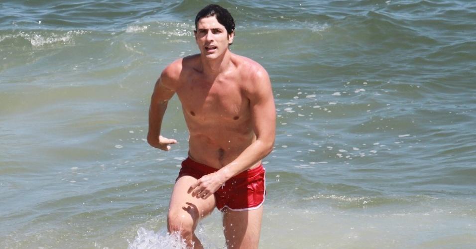 """6.dez.2012: Só de sunga, Reynaldo Gianecchini grava cenas de """"Guerra dos Sexos"""""""