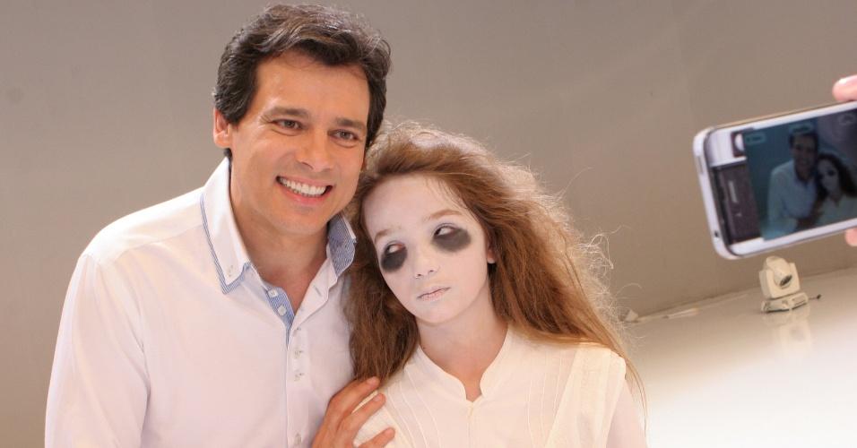 """7.dez.2012: Celso Portiolli e a """"menina fantasma"""" Anna Lívya Padilha posam para foto durante gravação da vinheta de final de ano do SBT"""