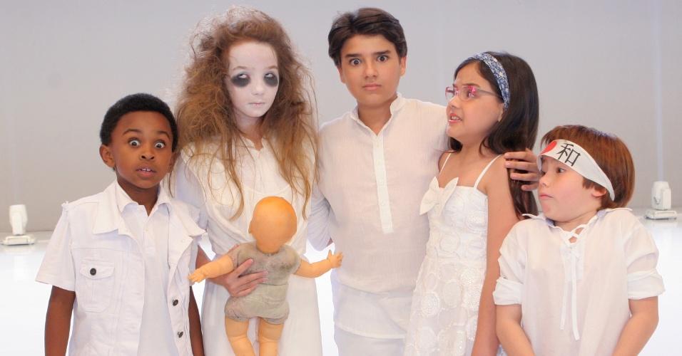 """7.dez.2012:  Crianças de """"Carrossel"""" e   """"menina fantasma"""" Anna Lívya Padilha posam para foto durante gravação da vinheta de final de ano do SBT"""